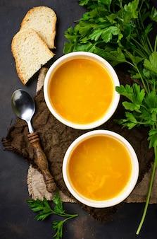 Tazones de sopa de lenteja roja vegetariana caliente