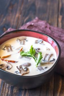 Tazones de sopa tailandesa tom kha