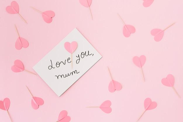 Te amo inscripción mamá con corazones de papel.