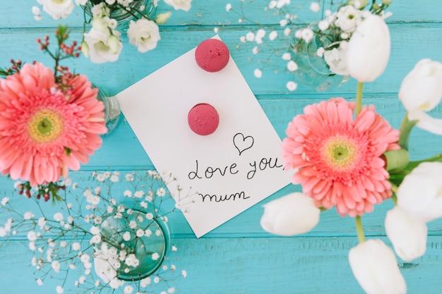Te amo inscripción mamá con flores y macarrones.