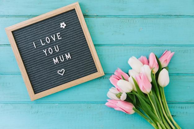 Te amo inscripción mamá con ramo de tulipanes.