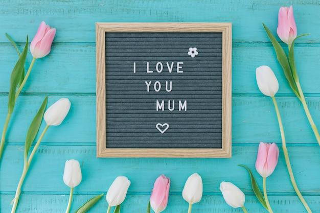 Te amo inscripción mamá con tulipanes rosas.