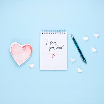 Te amo mamá inscripción en el bloc de notas con corazón