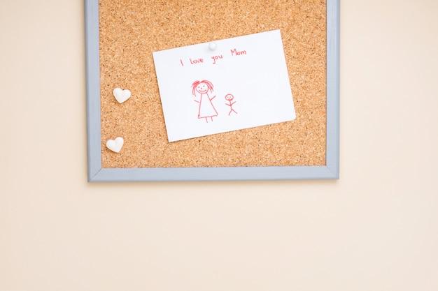 Te amo mamá inscripción con dibujo sobre papel.