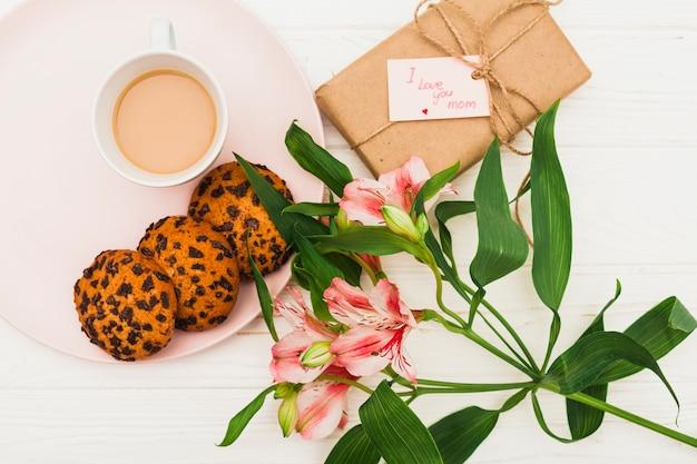 Te amo mamá inscripción con flores y café.