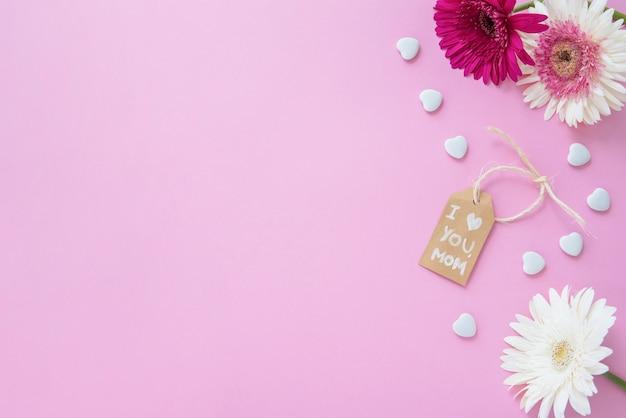 Te amo mamá inscripción con flores gerbera en mesa