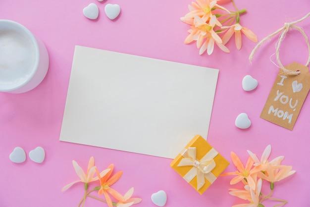 Te amo mamá inscripción con papel en blanco y flores.