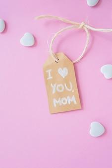 Te amo mamá inscripción con pequeños corazones.