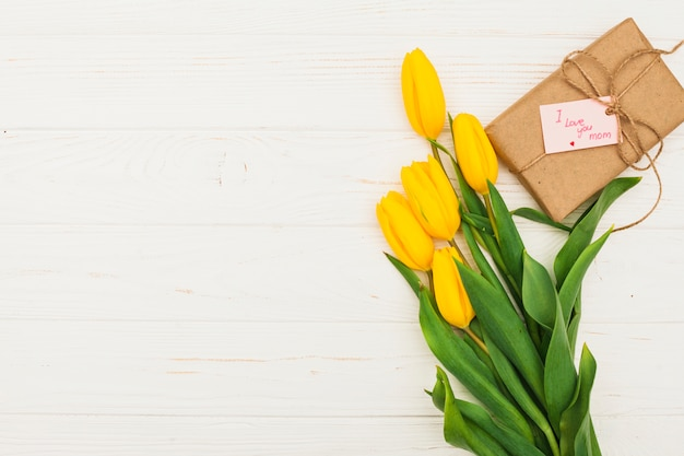Te amo mamá inscripción con regalo y tulipanes.