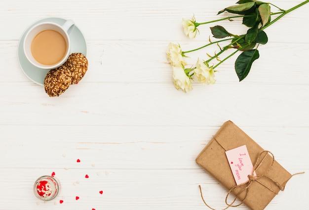 Te amo mamá inscripción con rosas y café.
