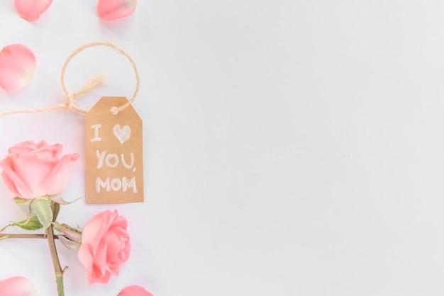 Te amo mamá inscripción con rosas rosadas.