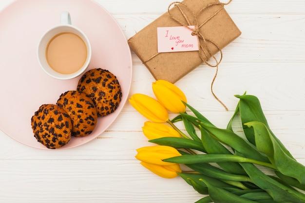 Te amo mamá inscripción con tulipanes y café.