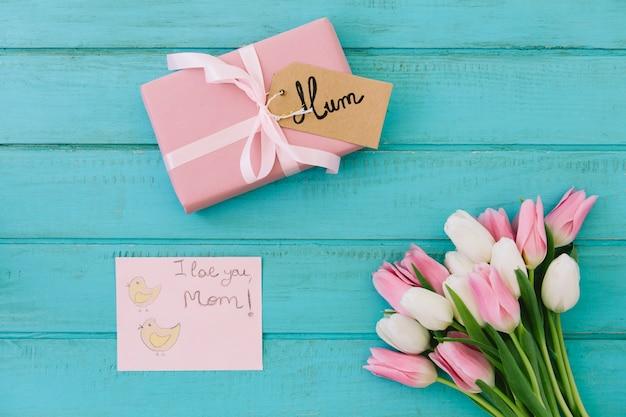 Te amo mamá inscripción con tulipanes y regalo.