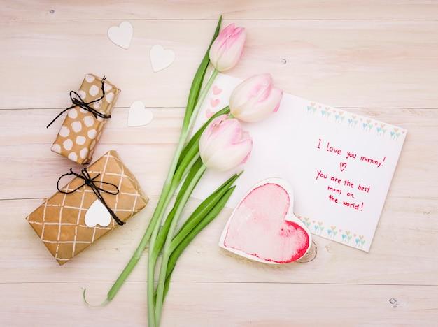 Te amo mami inscripción con tulipanes y corazón.
