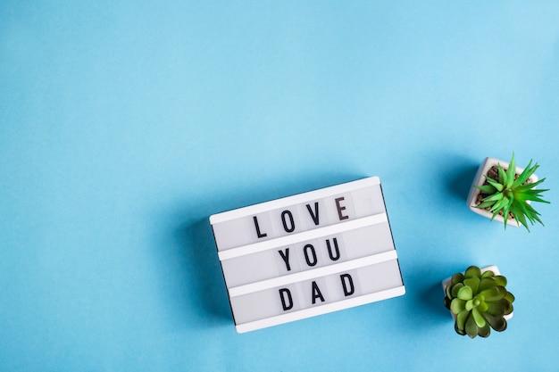Te amo papá está escrito en una lámpara decorativa sobre un fondo azul