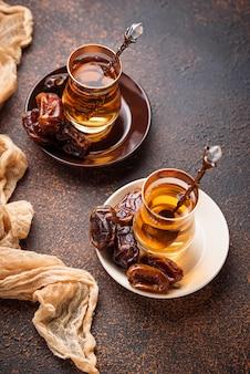 Té árabe tradicional y dátiles secos.