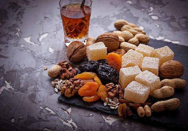 Té árabe tradicional y frutos secos y nueces.