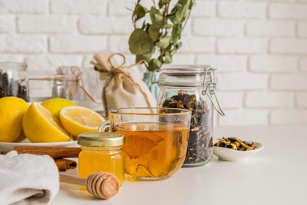 Té aromático con limón en el escritorio