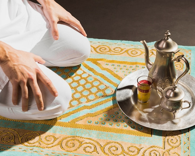 Té caliente árabe tradicional y hombre sentado