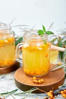 Té caliente de espino amarillo con jengibre y miel