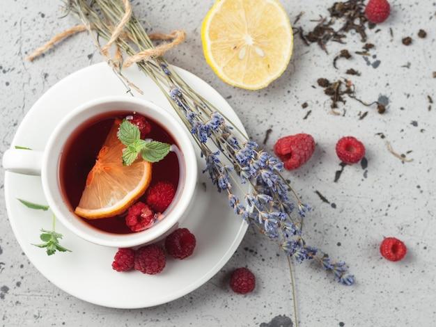 Té caliente de frutos rojos con frambuesa y limón y lavanda