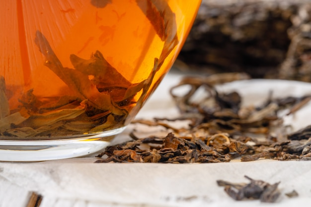 Té chino especial puer, hoja de té en la mesa de madera
