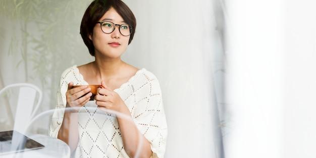 El té de consumición de la mujer asiática relaja concepto