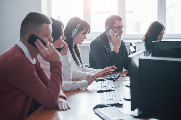 Te escucho, qué tipo de problema tienes. jóvenes que trabajan en el centro de llamadas. se acercan nuevas ofertas