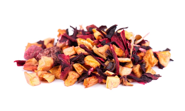 Té de frutas con hibisco, manzana, frambuesa, pétalos de rosa y rosa de perro, aislado sobre fondo blanco.