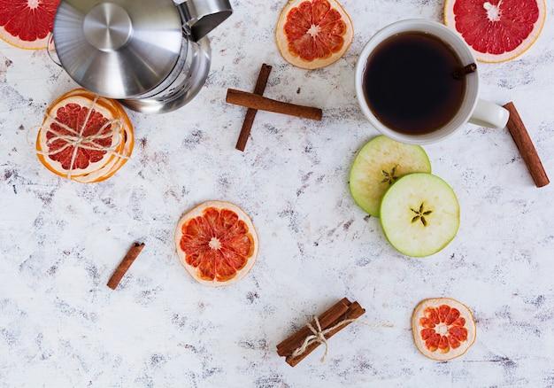 Té de frutas con manzana, pomelo y canela.