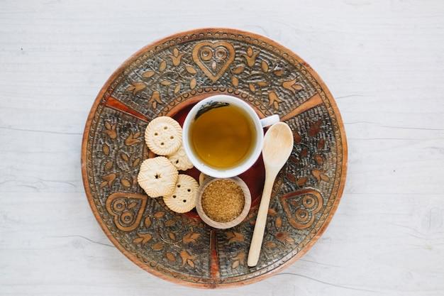 Té y galletas en la bandeja