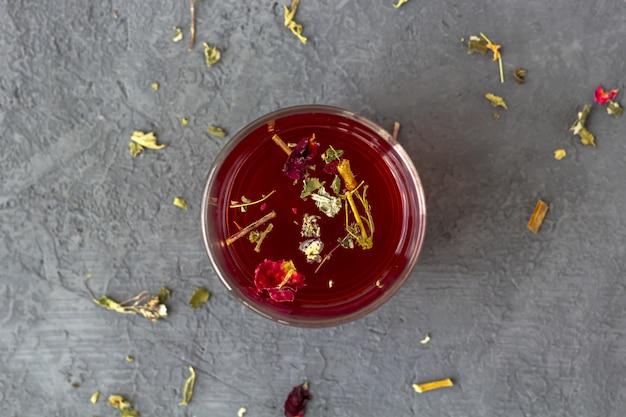 Té de hibisco rojo en un vaso de vidrio