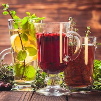 Té de hierbas aromáticas con tomillo, menta, arándano, limón para un invierno saludable