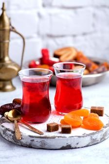 Té de hierbas y dulces orientales sobre un fondo claro. concepto de la hora del té oriental
