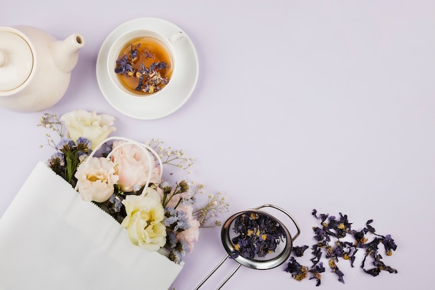 Té de hierbas y flores en plano