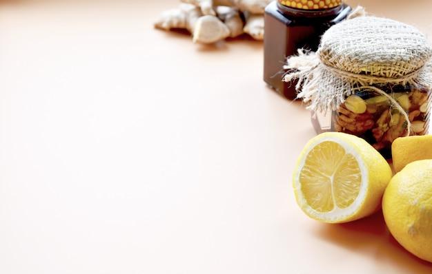 Té de hierbas con jengibre, limón, miel y otras hierbas. el concepto de un té calmante y calmante saludable con una receta simple, vista superior, espacio de texto, vista superior.