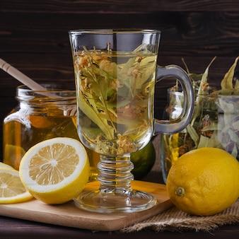 Té de hierbas con limón y miel