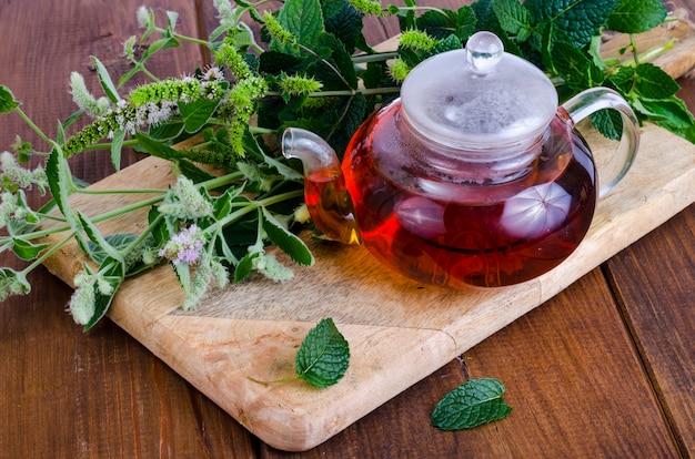 Té de hierbas con menta y miel. foto