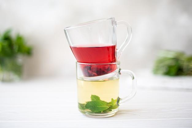 Té de hierbas y té de hibisco en tazas de vidrio