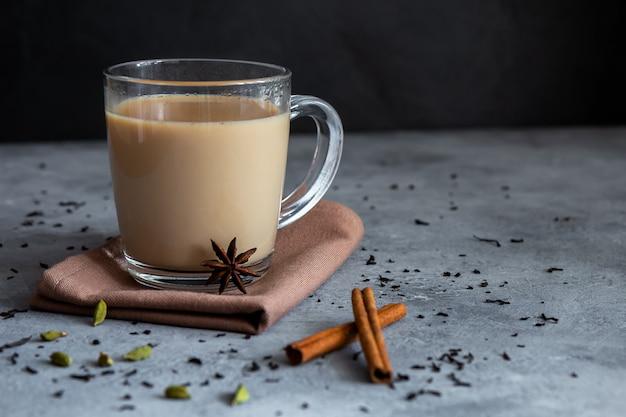 Té indio masala chai con especias en una taza de vidrio