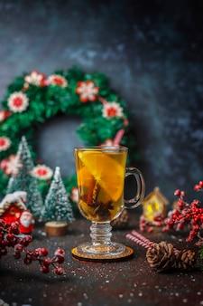 Té de invierno cálido y saludable con naranja, miel y canela.