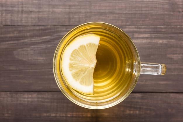 Té de jengibre con limón en el fondo de madera