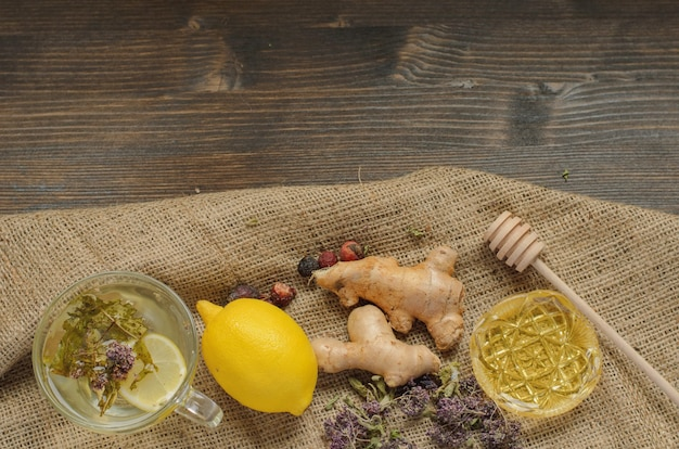 Té de jengibre limón con hierbas y canela