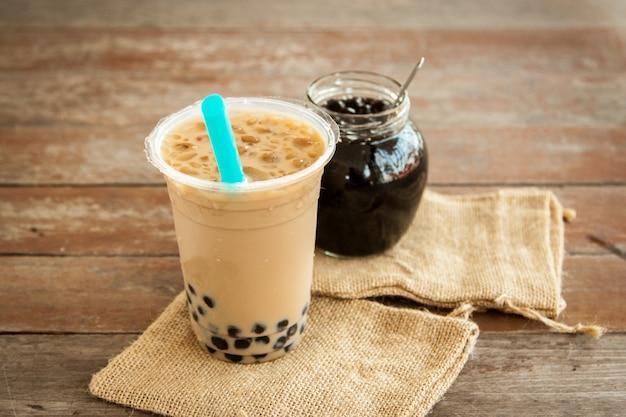 Té con leche helada de taiwán y frasco de vidrio con burbuja