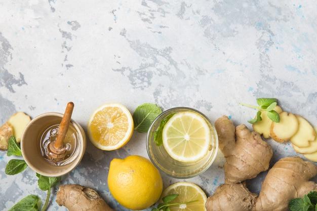 Té de limón y jengibre con miel. ingredientes saludables contra el frío.