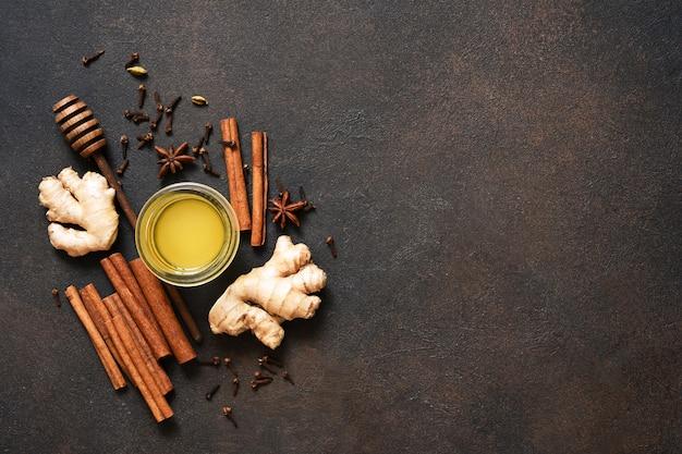 Té con limón, miel y canela. ingredientes para hacer té. bebida caliente de invierno con jengibre y espino amarillo.