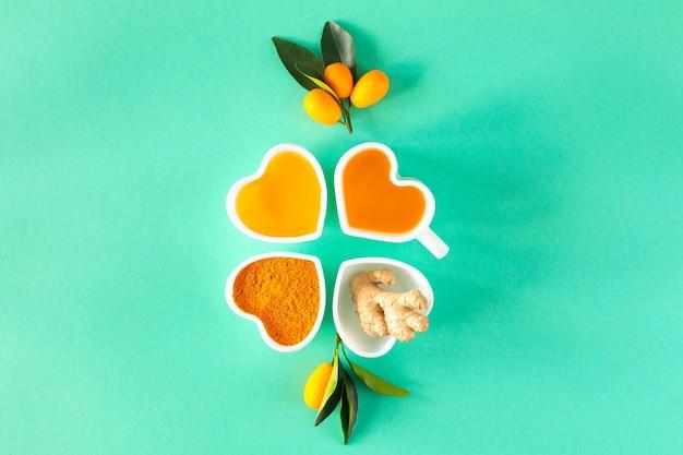 Té con limón y miel, potenciadores de la inmunidad y remedios para el resfriado, vista superior.
