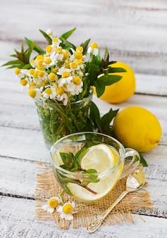 Té de manzanilla con limón y menta. té de hierbas. menú dietético nutrición apropiada.