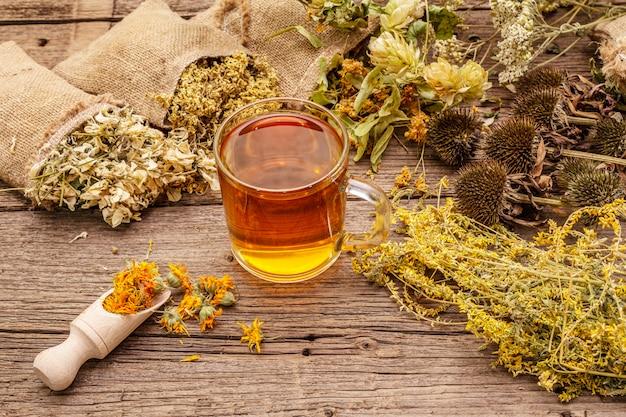 Té con miel. colección de cosecha de hierbas y ramos de hierbas silvestres. medicina alternativa. farmacia natural, concepto de autocuidado