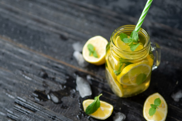 Té de mojito casero frío de verano con menta y limón y hielo